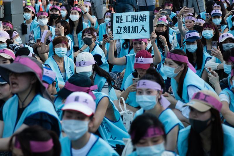 從零工會到開創台灣首次「粉紅工運」——長榮全女性空服員罷工之路 – 報導者 The Reporter