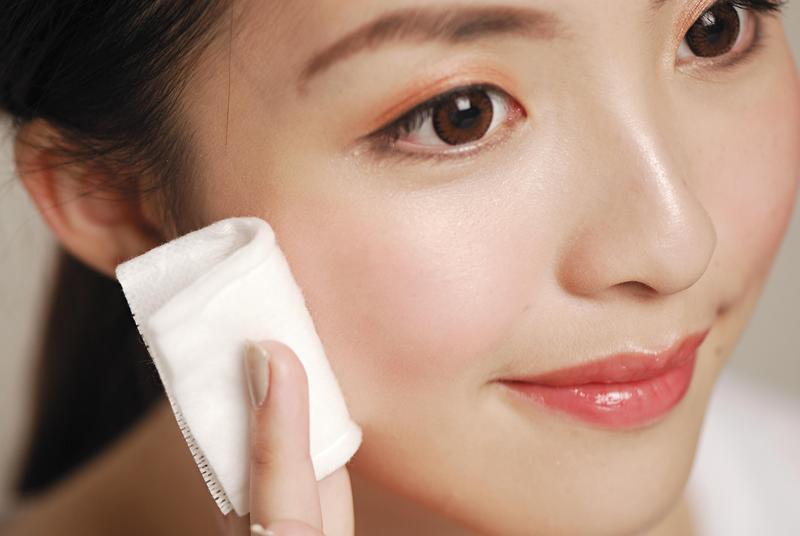 【素顏戰爭(上)】唇膏眉筆通通丟掉 南韓社群網路掀起女性「不化妝」運動 – 鏡週刊