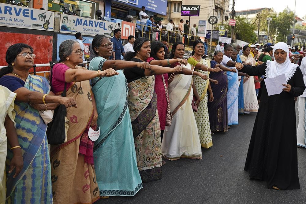 手牽手組620公里人龍 500萬印度女性群起抗議入廟禁令–上報