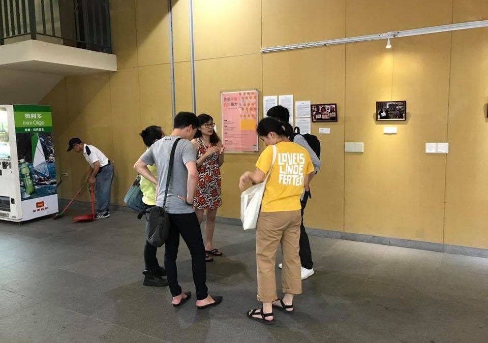 當代中國婦女運動攝影展的現場導覽開始囉!  有興趣的可以現在來喔!