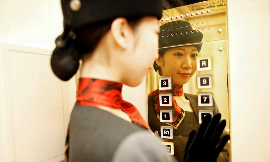 看起來冷漠、與和服不搭,日本特定職業禁止女性「上班戴眼鏡」 – The News Lens 關鍵評論網
