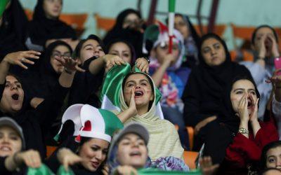 打破40年禁令!伊朗女性終能入球場觀賽,在一名「藍色女孩」自焚之後 – The News Lens 關鍵評論網